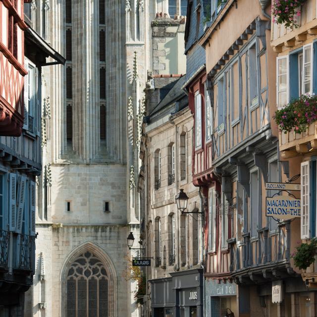 Quimper, rue Kereon et cathedrale Saint-Corentin, classe Monuments Historiques.