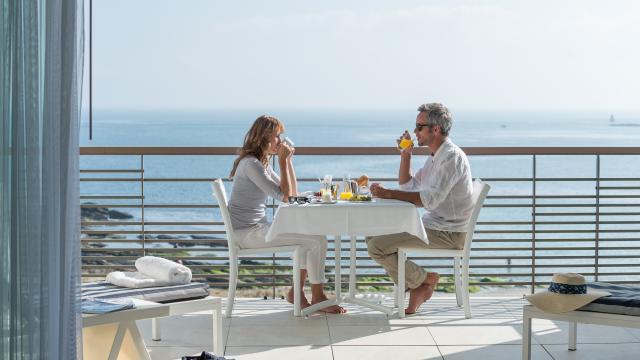 Bien-etre sur la presqu'ile de Quiberon. Petit dejeuner sur la terrasse de la chambre d'hotel au Sofitel Quiberon Thalassa Sea and Spa